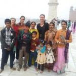 Brigitte's neue Freunde vor dem Taj Mahal