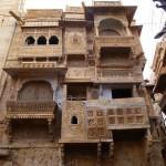 In Stein geschnitzte Fassadenverzierungen