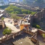 Blick von derZinne auf die Festungsanlage mit Blue City im Hintergrund