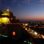 Von unserer Terrasse – Wüstenstadt bei Nacht