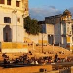 Tempelanlagen mit Treppen zum See