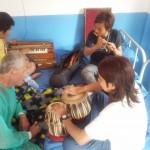 Die Musiker des Priesters spielen sich im Hospital ein