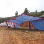 Das Festzelt wird aufgestellt (wurde in der ersten Nacht gleich wieder vom Sturm umgeweht)