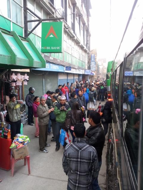 Busbahnhof in Kathmandu, früh morgens um 6:45 Uhr