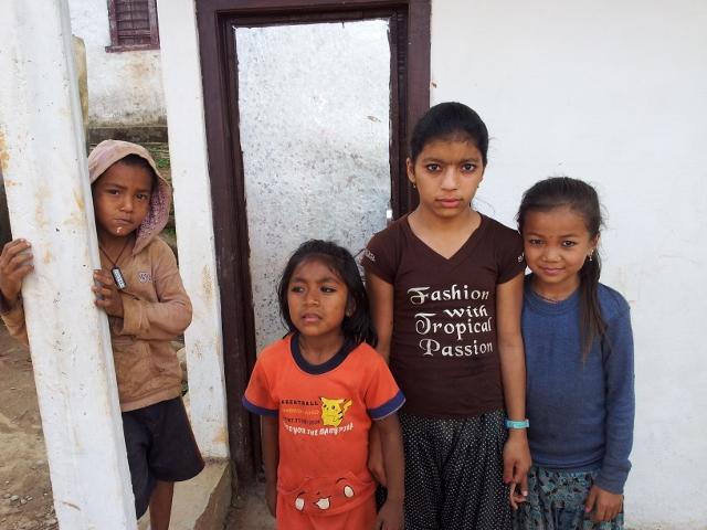 """Die Dorfkinder Bhakkals, unser Wildfang (in rot) ist zwischenzeitlich richtig """"erwachsen"""" zahm geworden."""