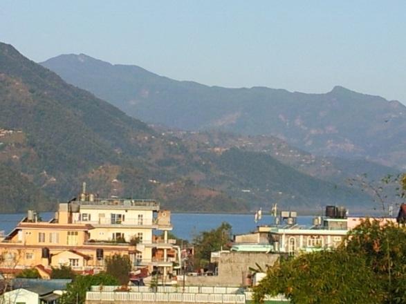 Lakeside in Pokhara mit Aussicht auf die Berge
