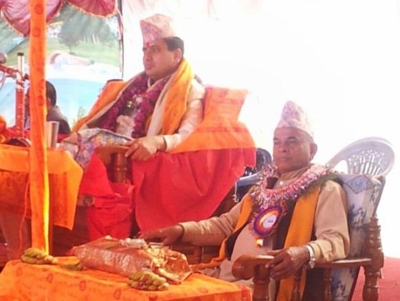 Priester Din Bhandhu Pokhrel (li) u. sein Vorbeter, ...