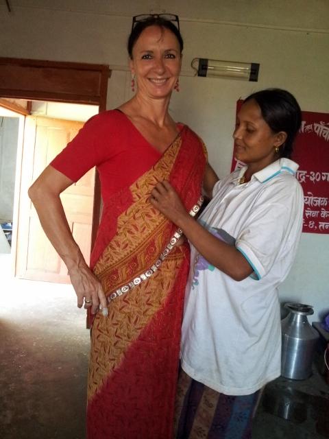 """Meine """"aufwendigen Vorbereitungen"""" zum Fest, Susila hilft beim Sari anziehen"""