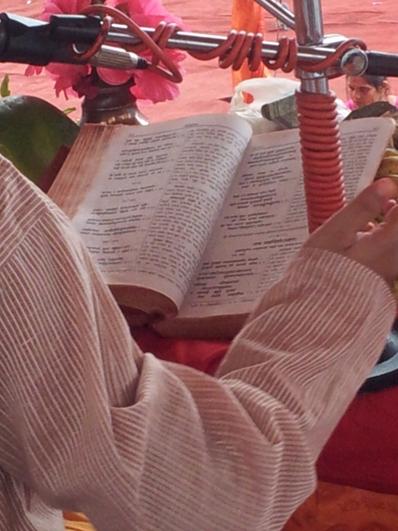Din Bhandhu mit seinem Gebetsbuch,