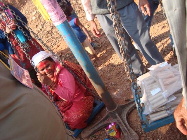Die Dorffrau wird mit Geldrollen aufgewogen, dieses wurde dann gespendet.