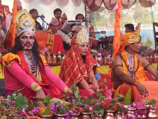... und zwischendurch immer wieder die Einlagen der Schauspieler zur Unterhaltung des  Publikums (nachgespielt wurden verschiedene Geschichten aus der hinduistischen Götterwelt und Mythologie).