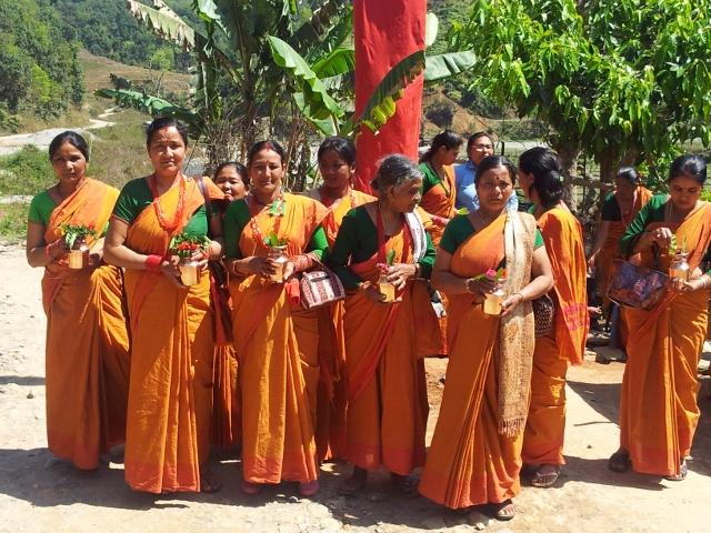 Eine Frauengruppe begrüßt einen Politiker aus Kathmandu.