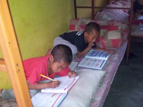 Regnet es mal, wird aber auch mal gemeinsam im Schlafraum der Kleinsten im Bett gelesen,  gemalt oder gespielt.