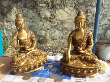 Zwei Buddhas als Geburtstagsgeschenk für Wangial - gefüllt mit Münzen aus aller Welt