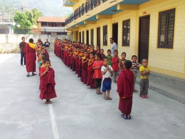 Wie in allen Schulen Nepals gibt es auch hier die Assembly zu Beginn des Unterrichts