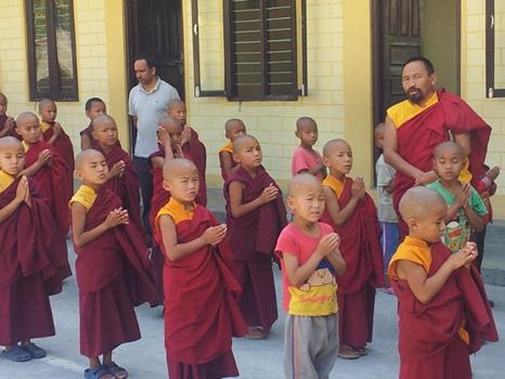 ... nur hier mit anderer Schuluniform und mit Gebetsgesängen und Vorträgen aber wie überall sonst auch: zum Schluss mit Absingen der nepalischen Hymne