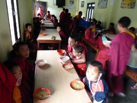 Die Mönche frühstücken im Speisezimmer