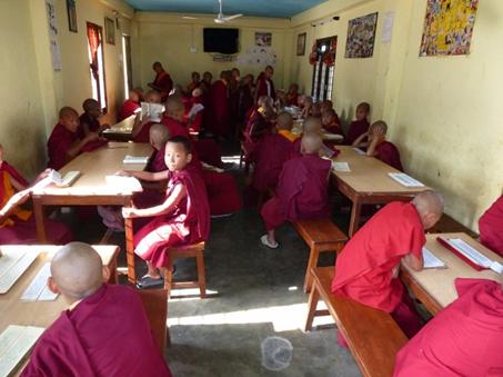 Die buddhistische Lehre (Dharma) wird mit Chanting (singend) im Speisesaal einstudiert.