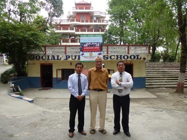 Begrüßung durch den Schulleiter Min Gurung (re.) und seinen Stellvertreter vor der Schule.