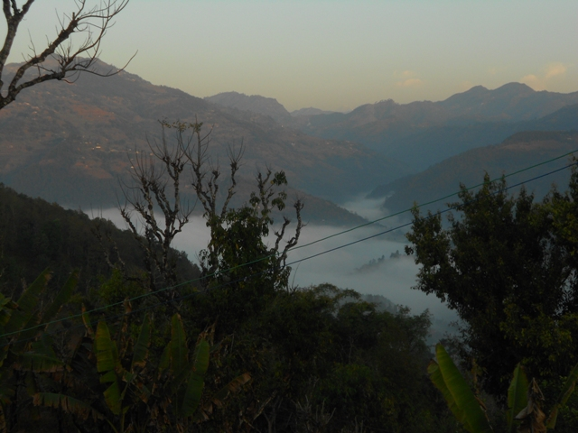 Blick auf unsere bergige Umgebung im Morgennebel (noch recht kühl)