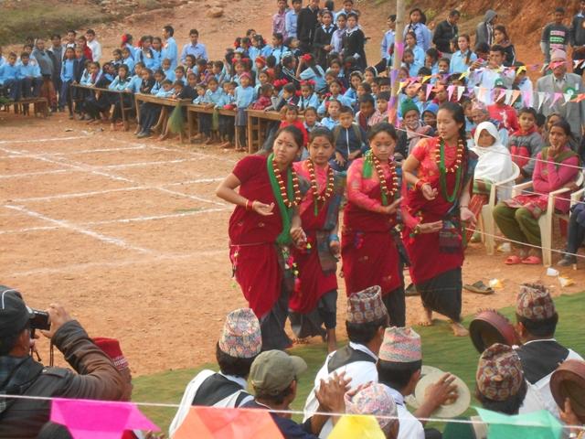 Schülerinnen tanzen beim Schuljahresfest
