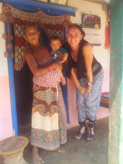 Der Zwillingsjunge mit seiner Oma.