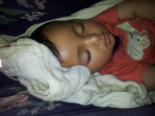 ... und das schlafende Mädchen in der Stoffhängematte