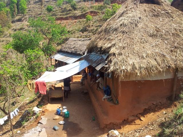 Jedes Haus , ausgestattet mit nur winzigen Schlafräumen, beherbergt eine komplette (Single) Familie.