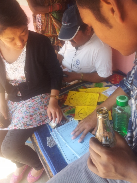 Dr. Durga und Sr. Sunita prüfen die Krankenunterlagen
