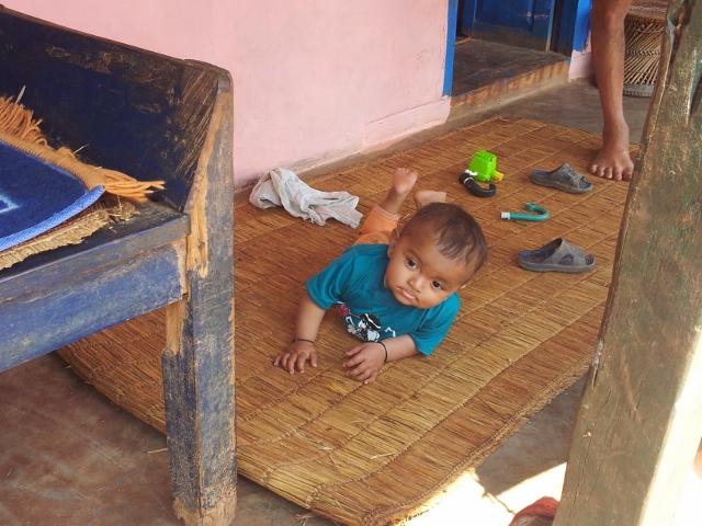 Während sich der Junge schon auf Wanderschaft begibt und die Welt erkundet, ...