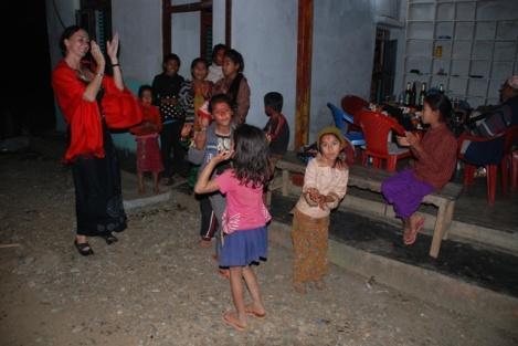 Auch die Kinder tanzten und sangen mit
