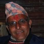 Ein wichtiger Mann Prem Narein Poudel im Dorf