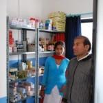 Der Medikamentenausgaberaum mit Angestellter und Kumar