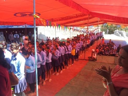 Dorfschülerinnen bei der Vorstellungsrunde