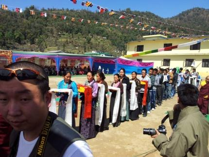 Geschenkübergabe an den Dalai Lama II