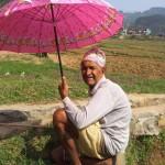 Kuhhirte mit Schirm auf dem Weg ins Hospital