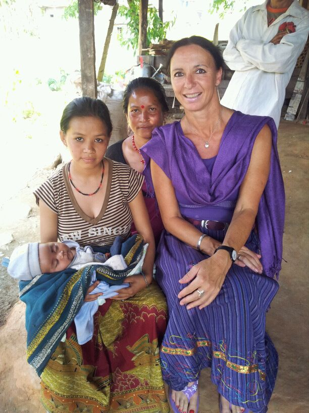 Junge Mutter mit Baby und Großmutter welche ich zuhause besuchte