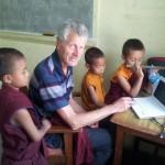Herbert im Klassenraum