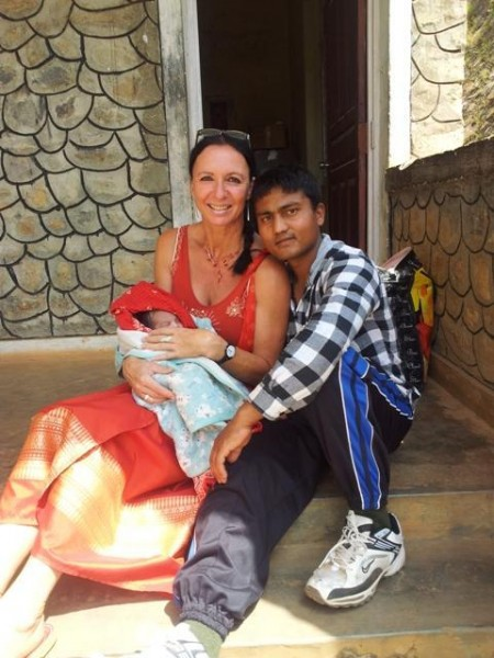 Frisch gebackener Vater (Buaa) mit Babu (männlichem Säugling)