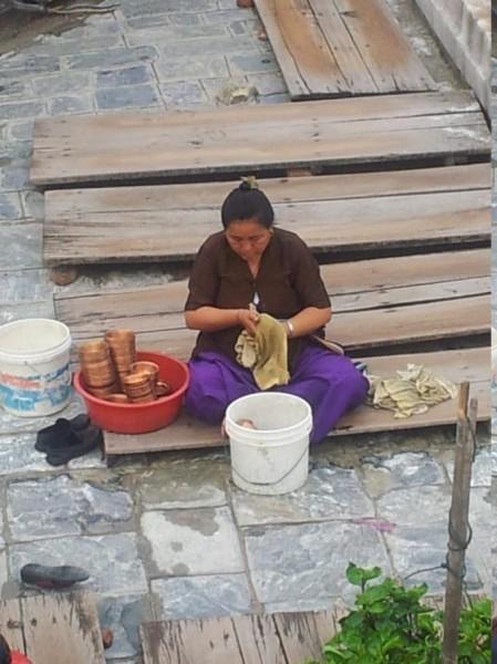 Frau beim Reinigen der Wachsbehälter