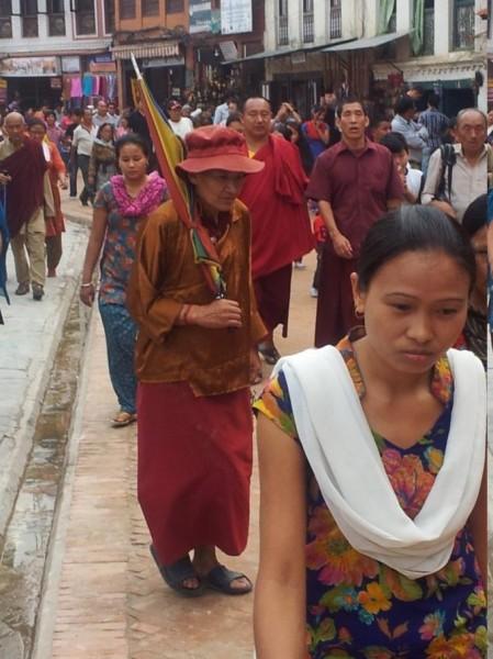 """Hunderte Gläubige beim Umrunden des Heiligtums, dem Tempel """"die Augen von Bhudda"""""""